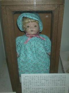 高田小学校の「青い目の人形」.jpg